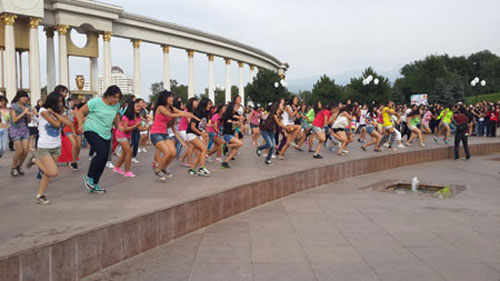 "Some 1,000 K-pop fans hold a flash mob performance, promoting the ""K-pop Festival in Gangwon 2013,"" at Almaty Park in Kazakhstan, on Aug. 19.  / Courtesy of Visit Korea Committee"