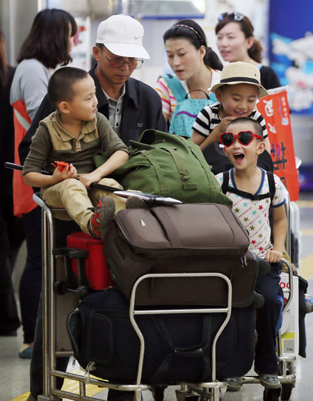 Chinese tourists arrive at Incheon Airport on Oct. 1. Some 150,000 Chinese are expected to come during Golden Week holiday. / Yonhap