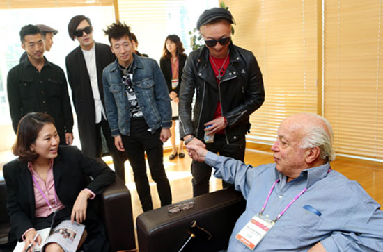Seymour Stein, right, vice-president of Warner Bros and Sire Records president, shakes hands with the leader of Korean rock band No Brain, after announcing his company will sign the band, at a press meeting held in GS XI-Gallery, near Hongik University in Seoul, Friday. / Yonhap
