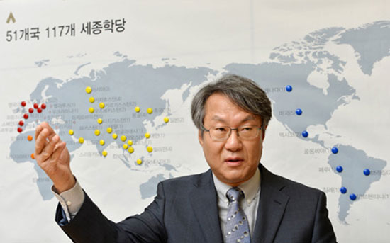 Song Hyang-keun, president of the King Sejong Institute Foundation (KSIF), gestures as he speaks on the foundation's aims and goals at a recent interview with The Korea Times held at the foundation's office in Seoul. Behind him are the colored markers that show the 117 King Sejong Institutes located over 51 countries.  / Korea Times photo by Shim Hyun-chul