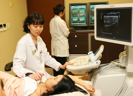 A woman gets breast ultrasound. Along with regular checkup, doctors stress healthy lifestyle for prevention of breast cancer. / Courtesy of Ewha Womans University Cancer Center for Women