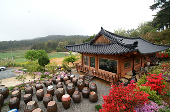 "The ""Sobakhan Bapsang"" restaurant, in Seosan, South Chungcheong Province, gives customers a taste of home-cooking.  / Courtesy of Sobakhan Bapsang"