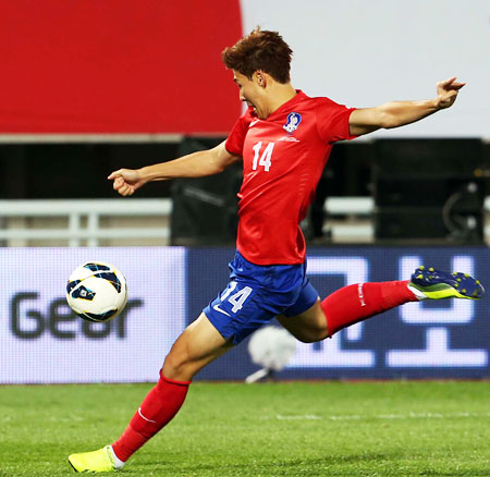 Korea's Son Heung-min, above, scores the team's second goal in a friendly against Mali in Cheonan, South Chungcheong Province, Tuesday, before celebrating with teammate Lee Chung-yong (7), Korea won the match 3-1. / Yonhap