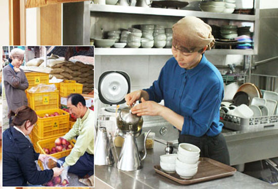 "Shin Yun-nam, owner and chef of ""Andong Hwaryeon,"" serves lotus tea, at her restaurant in Andong, North Gyeongsang Province. Inset photo shows her husband Kang Wha-soo selling apples to neighbors that the couple grew.  / Korea Times photos by Park Jin-hai"