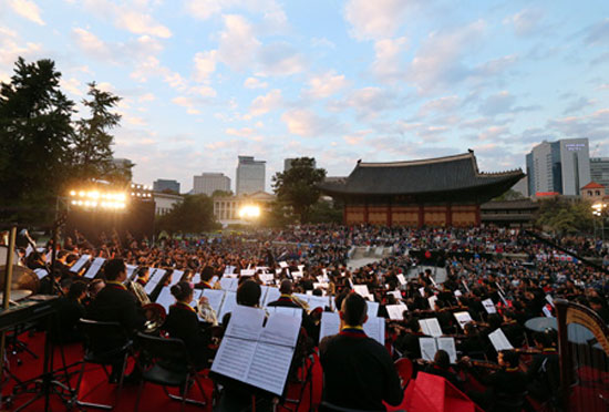 Youth orchestra musicians from Venezuela and Korea perform during a joint concert on Oct. 20 at the Deoksugung Palace in Seoul.  / Yonhap