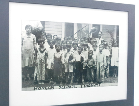 Korean children pose at Korean language school based in Los Angeles in this photo taken in 1930. Ahn Hyung-joo, a Korean emigrant, donated this picture for a photo exhibition at the Kim Dae-jung Convention Center in the southwestern city of Gwangju. / Courtesy of Ahn Hyung-jo