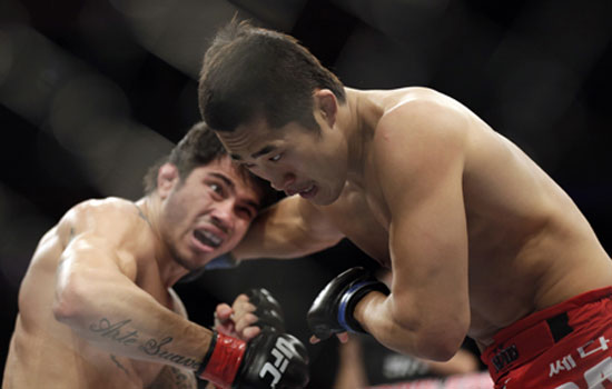 Kim, right, fights Silva of Brazil during their co-main event.  / AP-Yonhap