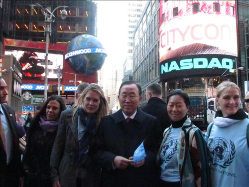 Current UN Secretary-Genral Ban Ki-moon was a popular man in Time Square on Thursday. (Yonhap)