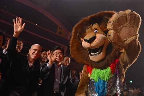 "Jeffrey Katzenberg visited Everland, a major amusement park in Korea run by Samsung, on Saturday to watch ""Madagascar Live!"" DreamWorks and Everland have co-produced. (Yonhap)"