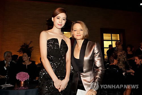 Han Hyo Joo posed for camera with an Academy award winning Hollywood actress Jodie Foster, 50. (BH Entertainment photo/Yonhap)