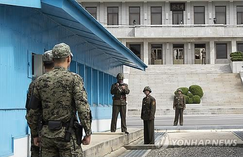 South and North Korean troops stand guard at the neutral border village of Panmunjom. (Yonhap file photo)
