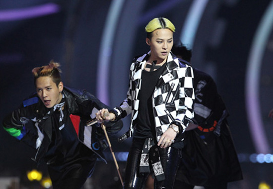 G-Dragon from boy band Big Bang performs at MAMA in Hong Kong, Friday. He won four awards — Nissan Juke Best Music Video, Best Dance Performance (Male Solo), Best Male Artist and BC UnionPay Artist of the Year. / Korea Times