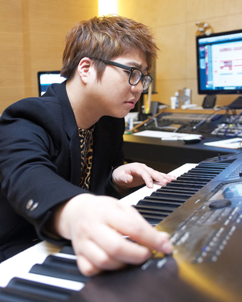 "Lee Ho-yang plays a keyboard in this photo provided by him. Having made his debut in 2005, the 31-year-old earned massive fame with a string of hit songs, including T-ara's ""Roly-Poly,"" ""Bo Peep Bo Peep"" and Jewelry's ""One More Time"" among many others."