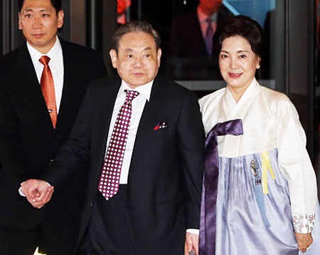 "Samsung Electronics Chairman Lee Kun-hee, center, and his wife Hong Ra-hee enter the Shilla Hotel to attend a dinner marking the 20th anniversary of the announcement of ""New Management"" in Frankfurt in 1993, Monday. / Yonhap"