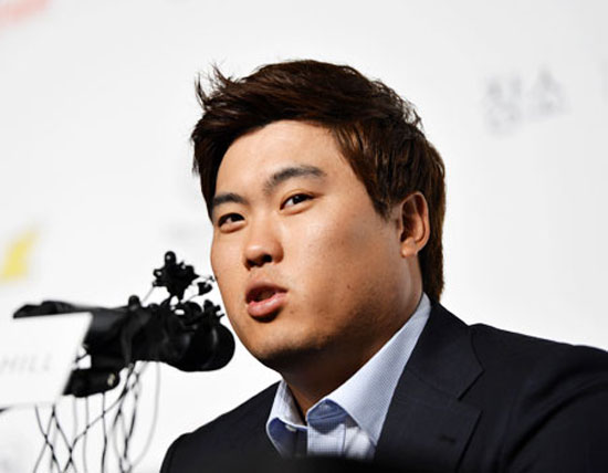 Los Angeles Dodgers pitcher Ryu Hyun-jin speaks to reporters at a news conference at the Sheraton Walkerhill Hotel in Seoul, Thursday, following a successful rookie season highlighted by 13 wins. / Korea Times photo by Shim Hyun-chul
