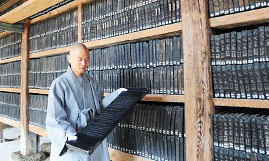 "Culture authorities are considering whether to rename the ""Tripitaka Koreana,"" a 13th-century collection of over 80,000 woodblocks holding Buddhist texts kept at Haeinsa Temple in North Gyeongsang Province. / Korea Times file"