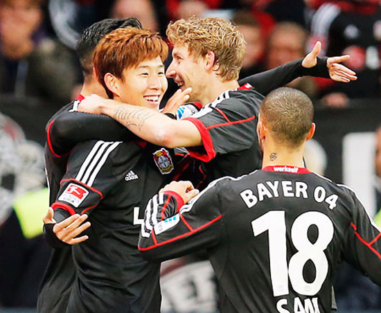 Leverkusen's Son Heung-min of South Korea celebrates with teammates after scoring during the German first division Bundesliga soccer match between Bayer Leverkusen and Hamburg SV in Leverkusen, Germany, Saturday. Son scored a hat trick to lead his team's 5-3 victory. / AP-Yonhap