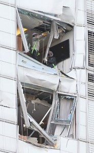 Workers engage in repair work Monday at a 38-story I'Part apartment in Samseong-dong, southern Seoul, into which a Sikorsky helicopter owned by LG Electronics crashed on Saturday, killing the two pilots onboard. Concerns over safety in high-rise apartments in the capital are rising after the accident. / Yonhap