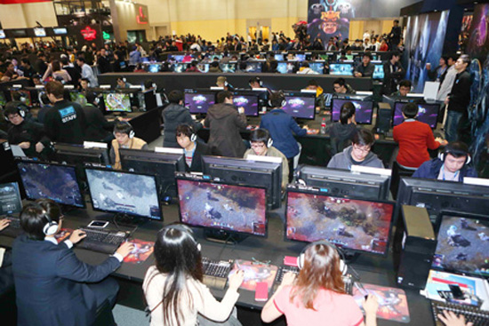 Visitors try the latest online games at the G-Star computer and games trade show in Busan earlier this month. / Yonhap