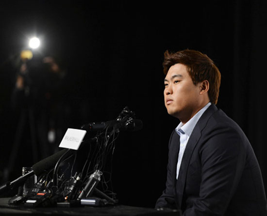 Los Angeles Dodgers pitches Ryu Hyun-jin listens to a question at a news conference at the Sheraton Walkerhill Hotel in Seoul, Thursday, following a successful rookie season highlighted by 13  wins.  / Korea Times photo by Shim Hyun-chul