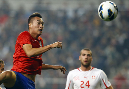 Despite his unimpressive performance in international matches, Ulsan Hyundai striker Kim Shin-wook returned to Korea's national football team. The 1.96-meter forward is likely to be tested again in partnership with winngers Lee Chung-yong and Son Heung-min in a friendly against Russia today. / Yonhap