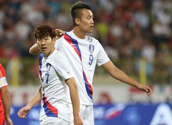 orean national football team winger Son Heung-min, left, and striker Kim Shin-wook pass each other during a friendly against Russia at Zabeel Stadium in Dubai, Wednesday (KST). Korea lost 2-1. / Yonhap
