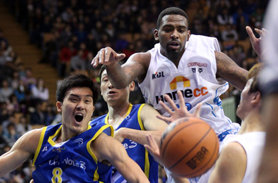 Some athletes who have experience playing the United States and Europe say overtraining and arbitrary exercise regimens are widespread in the KBL. The players in the photo weren't interviewed for the story. / Yonhap