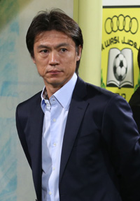 Manager Hong Myung-bo watches his players before the start of the game. / Yonhap