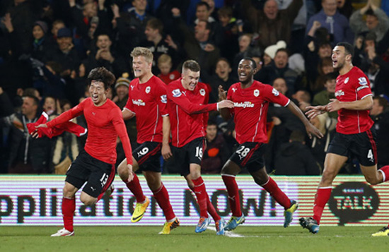 (AP-Yonhap) Cardiff City midfielder Kim Bo-Kyung, left, leads his teammates in celebration after scoring the equalizer against Manchester United during their match at Cardiff City Stadium in Cardiff, Wales, Sunday. (AP)