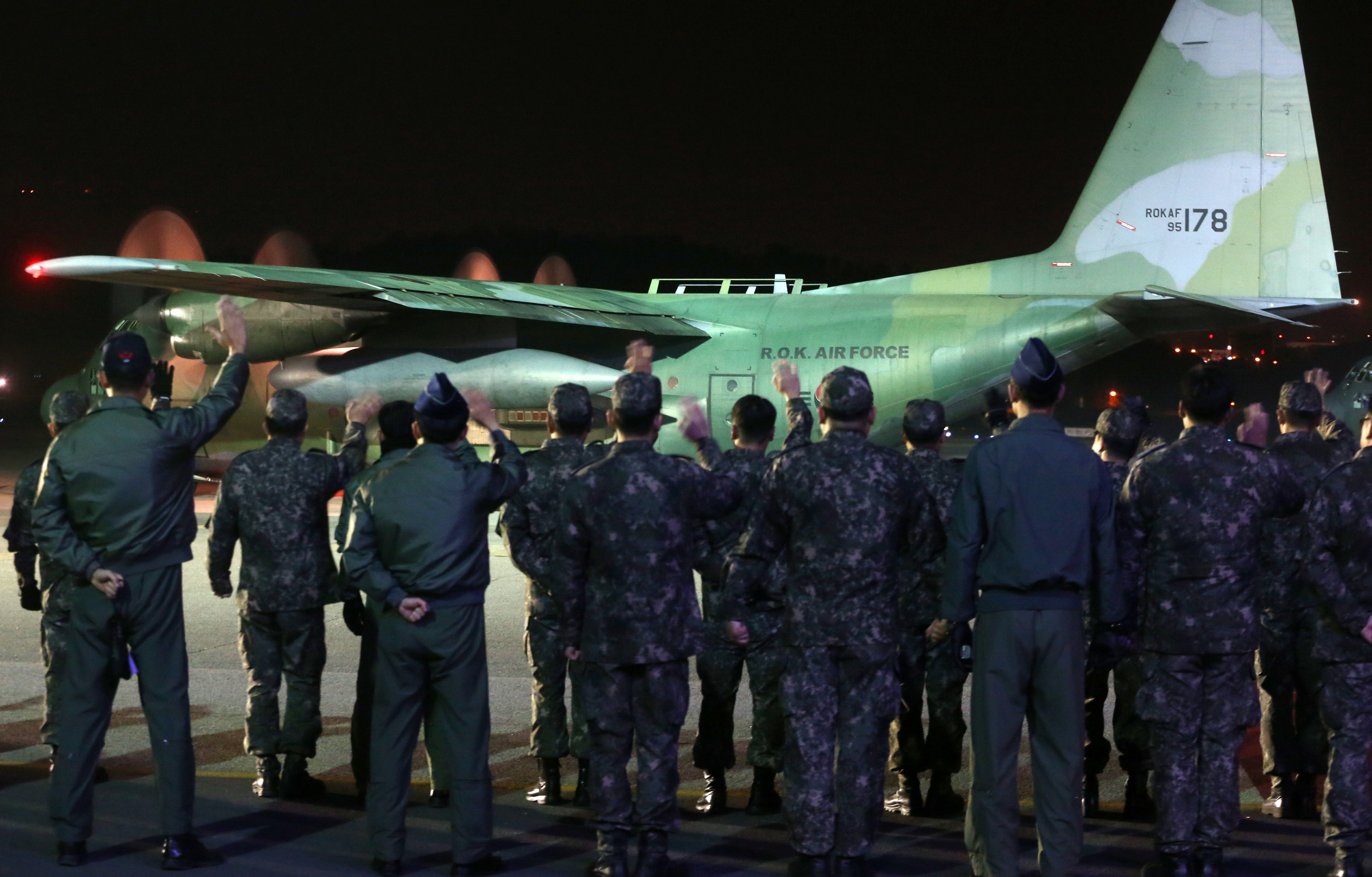 South Korean Air Force officials send off two C-130 military cargo aircraft at Seoul Air Base on Nov. 14, 2013, which will carry relief aid to the Philippines. (Yonhap)