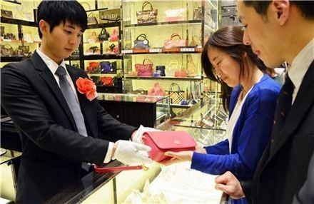 Korean men are joining kye to buy their women designer bags, (Korea Times file)