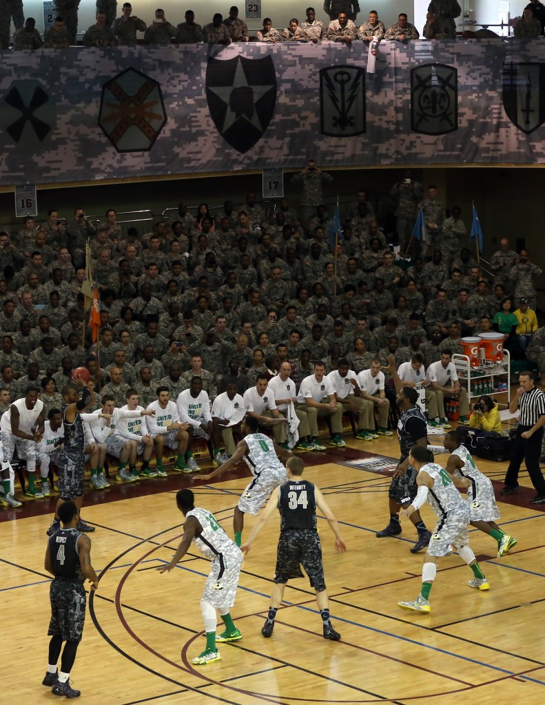 To honor the men and women of the U.S. military, Oregon and Georgetown opened their college basketball season in a U.S. army base in Korea. (Yonhap)