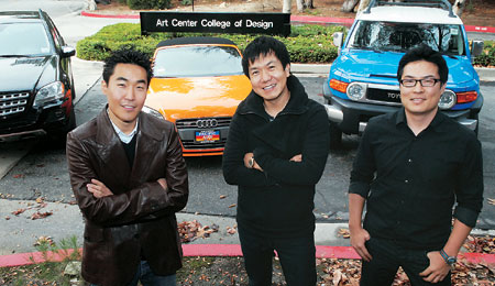 Mercedes-Benz's Lee Il-hwan (from left), Lee Sang-yup, Toyota's Kim Jin-won posed in front of Art Centre College of Design in Pasadena, California - widely regarded as the Harvard of car design. (Korea Times file)