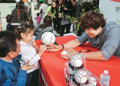 Choo Shin Soo gave away signed baseball to children in Koreatown on Friday. (Park Sang Hyuk)