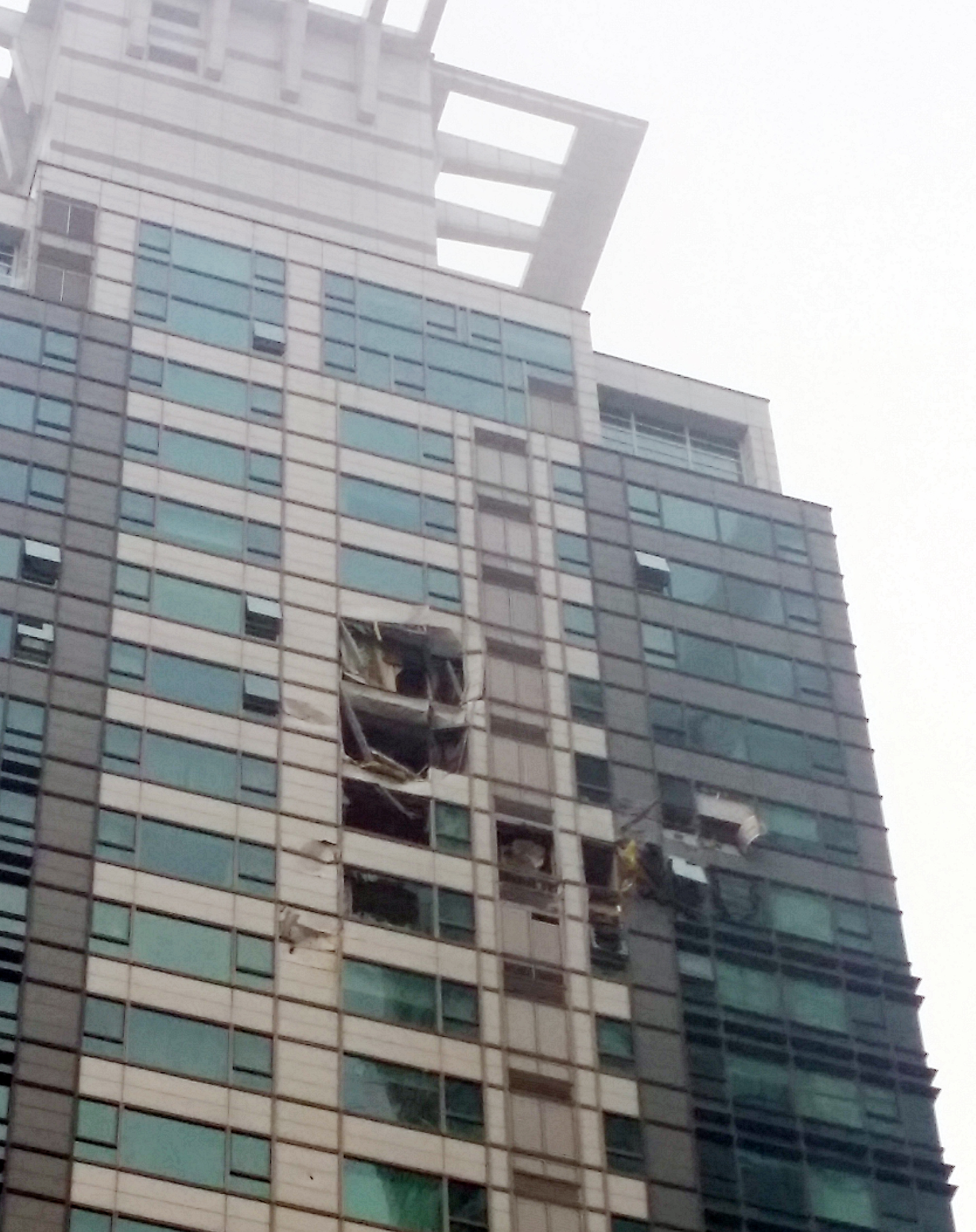 A helicopter on Saturday crashed into an apartment building in Seoul, presumably killing two on board. The aftermath of the crash is shown in this photo. (Yonhap News)
