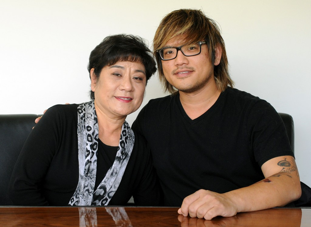 Top Chef Brian Huskey, right, and his mother Sookie Huskey. (Park Sang Hyuk)