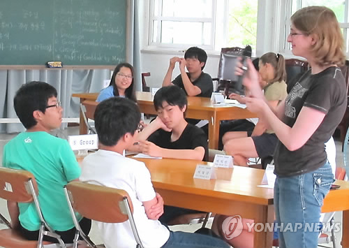 Korean education officials believes there's less need for native English teachers in Korea. (Yonhap)