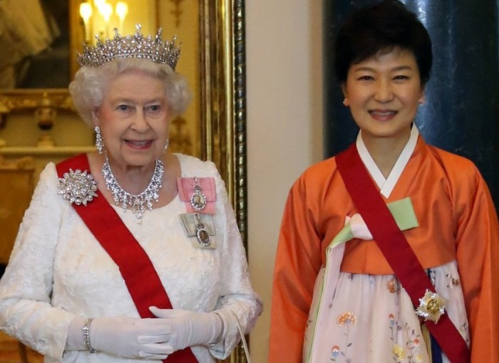Britain's Queen Elizabeth II, left, pose for a photograph with Korean President Park Geun-hye prior to attending a State Banquet at Buckingham Palace, London, Tuesday, Nov. 5, 2013. (Yonhap)