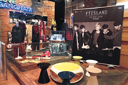 K-pop boy group F.T. Island's stage outfits, guitar and accessories, temporarily rented out for a one-month special exhibition, are on display at the Gangnam Tourist Information Center, in Apgujeong, Seoul.  (Korea Times photos by Park Jin-hai)