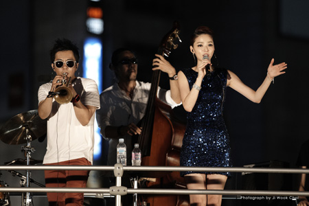 Jazz pop duo Winterplay performs at an open air concert on city bus, near Myeongdong, central Seoul, in this August 2013 file photo.  (Courtesy of Loud Pigs)