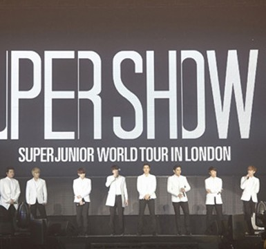 Members of K-pop boy band Super Junior perform during their first concert in London early last month. More than 10,000 fans from France, Germany, Poland, Hungary and other parts of Europe flocked to the Wembley Arena to see the much-anticipated event. (Korea Times file)