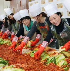 Students and graduates of Ewha Womans University make kimchi in this file phto taken in November last year at the school campus in northern Seoul.