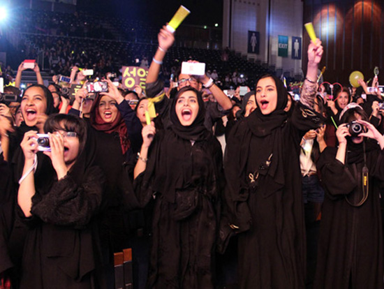 Local fans shout during the performance of K-pop band INFINITE at the Sheikh Rashid Hall, World Trade Center in Dubai, the United Arab Emirates on Dec. 6. (Yonhap)