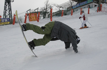 Snowboarders can suffer wrist injuries if they fall. (Korea Times file)