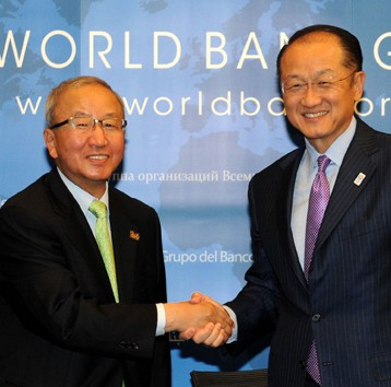 Hyun Oh-seok, South Korea's finance minister and JIM YONG KIM, PRESIDENT OF THE WORLD BANK (Photo by Ministry of Strategy and Finace)