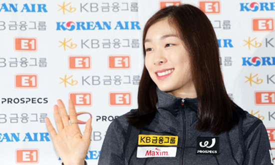 Kim Yu-na waves to her fans at the Incheon International Airport before leaving for Croatia, Tuesday. / Yonhap