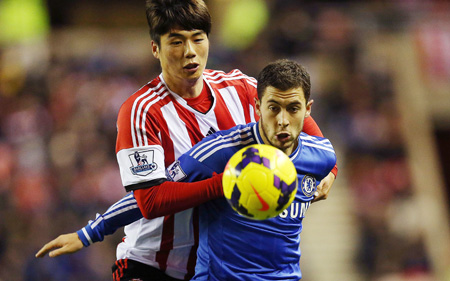 Chelsea's Belgian attacker Eden Hazard, right, vies with Sunderland's Korean defensive midfielder Ki Sung-yueng during their English Premier League match at the Stadium of Light, Sunderland, England, last week. The two might continue their battles in next year's World Cup, where Korea and Belgium are grouped along with Russia and Algeria in Group H. (AFP-Yonhap)