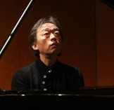 Chung Myung-whun plays the piano during a news conference in southern Seoul on Tuesday. (Yonhap)