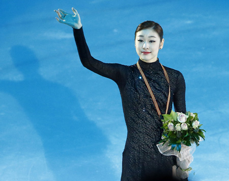 Kim waves to the crowd after receiving the gold medal in the award ceremony. (Yonhap)
