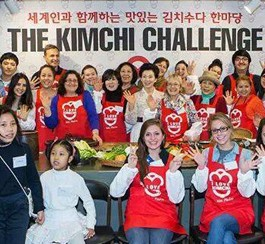 "Team members take part in the ""Kimchi Battle"" at the Kimchi Cultural Center in Yeoksam-dong, Seoul, Saturday. (Courtesy of Pilar Perez)"